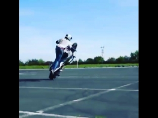 FZM. Девка на мотоцикле выполняет трюки.mp4