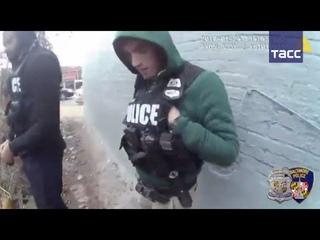 В США полицейский подбросил наркотики подозреваемому и сам снял это на камеру