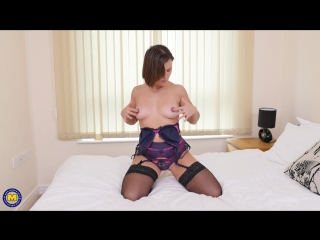 British mom Jamie Ray playing in bed