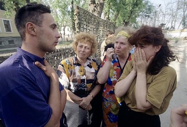 Солдатские матери во время разговора с освобожденным из плена российским солдатом в Чечне. 1996 год Фото: Игорь Михалев / РИА Новости