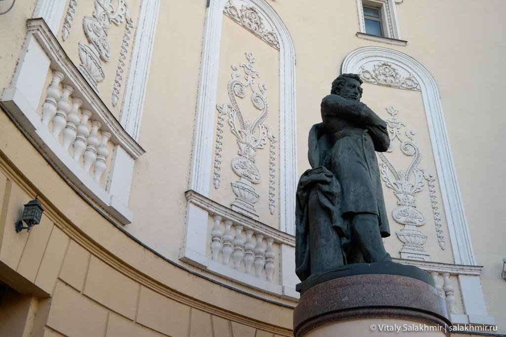 Памятник Пушкину, здание театра, Казань 2020
