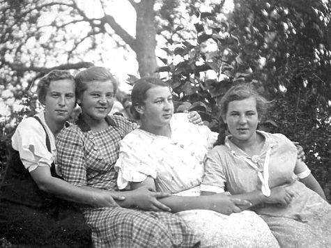 Сестры Беневские (Лиза вторая слева). Фото из личного архива Татьяны Осиповой.
