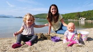 Bebek bakma videosu. Anne Vlog. Sevcan Derin ve oyuncak bebek ile sahilde oynuyorlar!