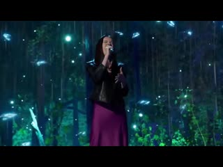 Данелия Тулешова исполнила песню Сиа Alive в финале 15 сезона телешоу Got Talent. (СУБТИТРЫ)