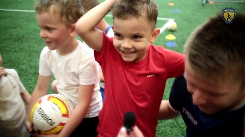 Ряды юных футболистов постоянно пополняются новыми юниорчиками).