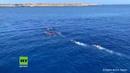 Italien Migranten springen von NGO Schiff um nach Lampedusa zu schwimmen