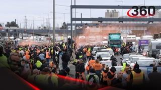 Полиция уезжает от разъяренной толпы в Мельбруне 👮♂️😱