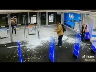 парень открыл и разбил двери в магазине