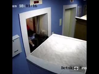 Две женщины подрались в подъезде дома в казани из-за детей