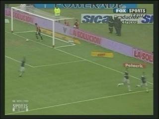 Далеко не каждый нападающий забивает за свою карьеру хотя бы один гол ударом через себя. Защитников, забивавших подобным образом вообще по пальцам пересчитать. Защитник, забивавший «ножницами» в свои ворота, только один – аргентинец Факундо Кирога. Смотри