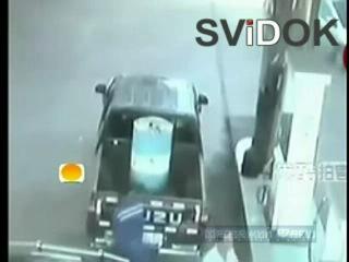 Грузовик влетает на АЗС и за секунду оставляет от авто мокрое место. В этот момент в ней находилось двое малышей. Дети погибли м