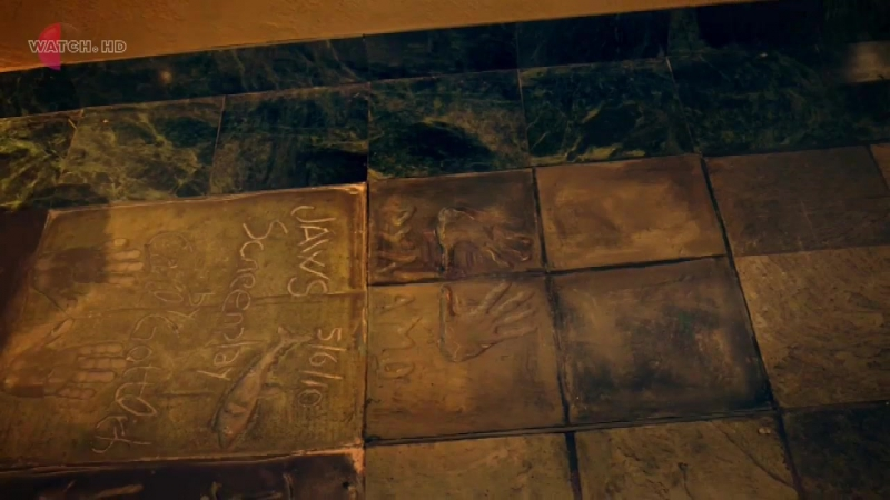 Фокусник Оставляет отпечатки рук на уличной плите и подпись держа руки на расстоянии Динамо невероятный иллюзионист 4 1 20