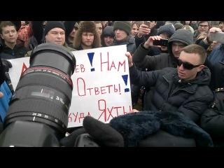 Задержание митингующих с плакатами в СПб, Марсово поле. .