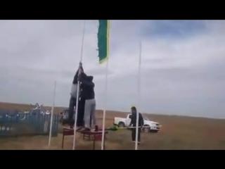 Над местом кремации хана Дондук Даши подняли буддийские боевые знамена Дайчин Тенгри, с которыми ойраты ходили в бой.