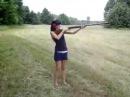 Девушка стреляет ствол ружья