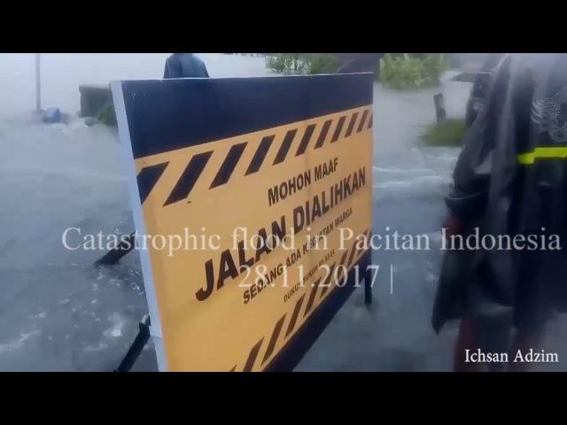Наводнение в Индонезия Catastrophic flood in Pacitan Indonesia 28 11 2017 bantul banjir