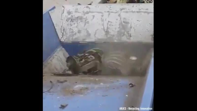 Промышленный шредер рвет автомобили на маленькие кусочки