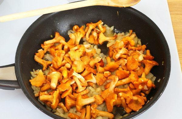 Макароны с лисичками в сливочном соусе, изображение №3