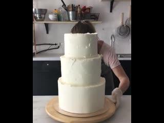 """Сборка и декор трёхъярусного свадебного торта. / Наша группа в ВК: """"Торты на заказ. Мировые шедевры""""."""