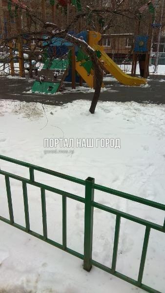 Специалисты отремонтировали ограждение детской площадки во дворе на Окской