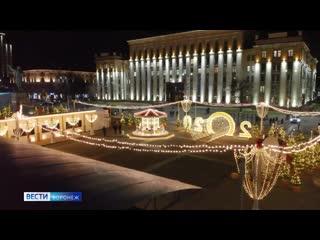 В Воронеже зажгли иллюминацию на украшенной в стиле Щелкунчика площади Ленина