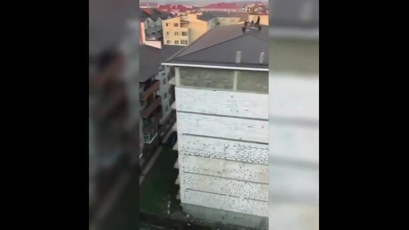 Улица Куликова поля Бесконтрольный выход детей на крышу Выставите пожалуйста Может родители заметят своих детей