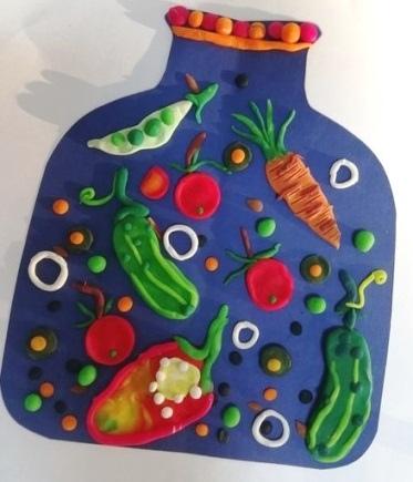 Поделка урожай пластилин Красивую поделку на тему урожая можно сделать с младшими школьниками, изображая овощи на бумаге с помощью пластилина.Из цветной бумаги или лучше плотного картона