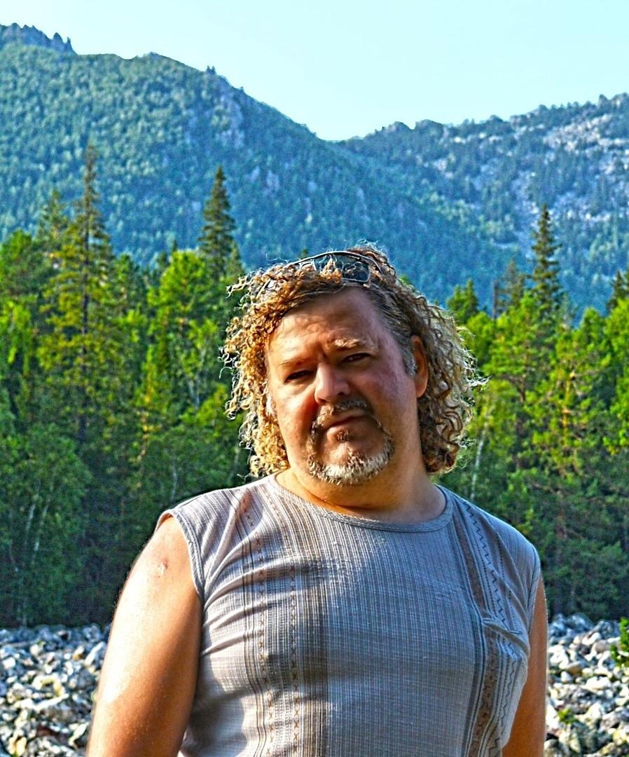 За моей спиной — гора Двуглавая Сопка, на которой просматриваются каменные останцы. Туда я пойду послезавтра.