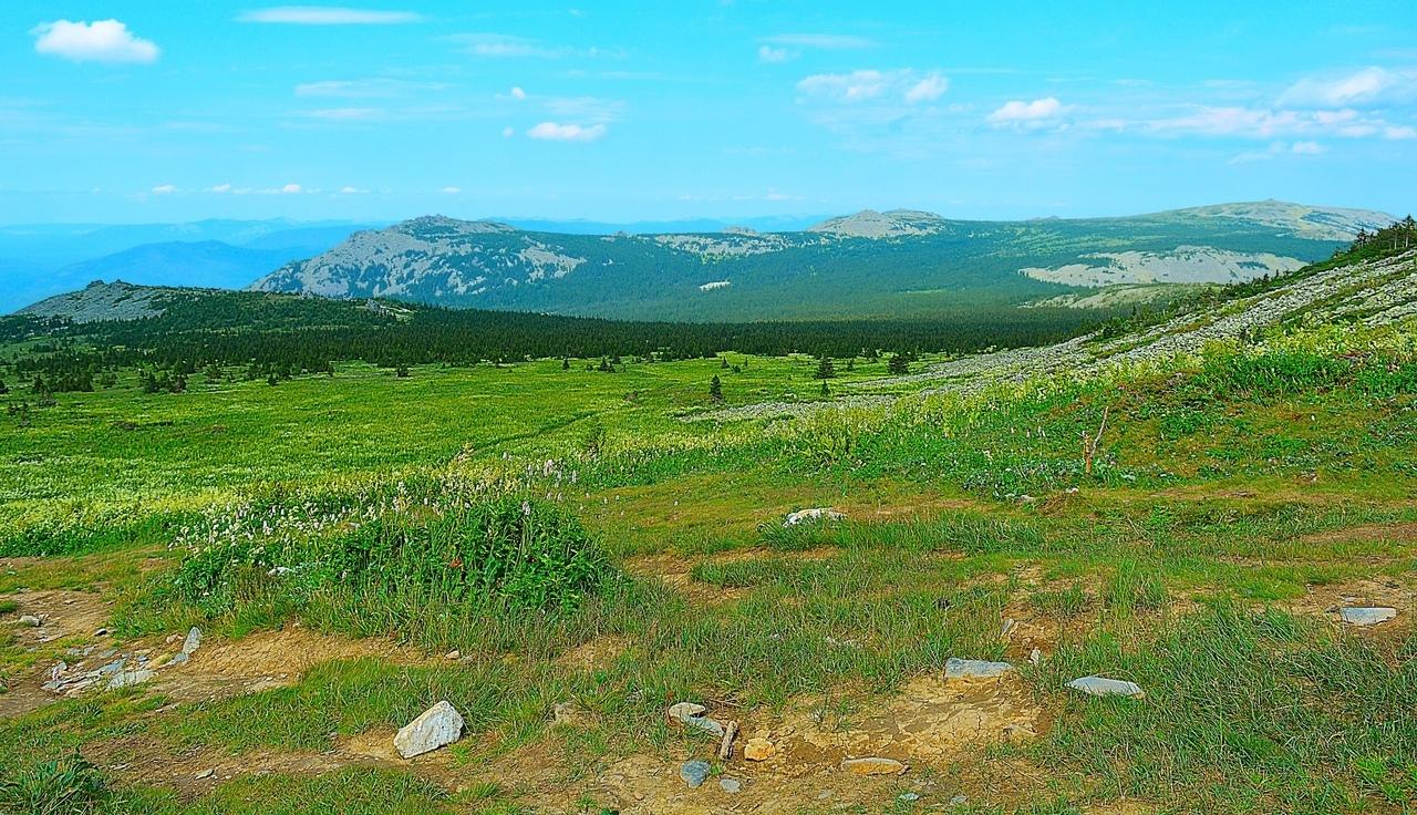 Справа на ближнем плане виден уклон Кабана — верхней «шапки» Большого Иремеля. Слева на ближнем плане — безымянная гора. Сколь ни искал, не могу найти её названия; возможно, это Кабанчик — отрог Большого Кабана. На дальнем плане слева — наша знакомая гора Сукташ, в середине - тоже безымянная гора, а справа — гора Малый Иремель.
