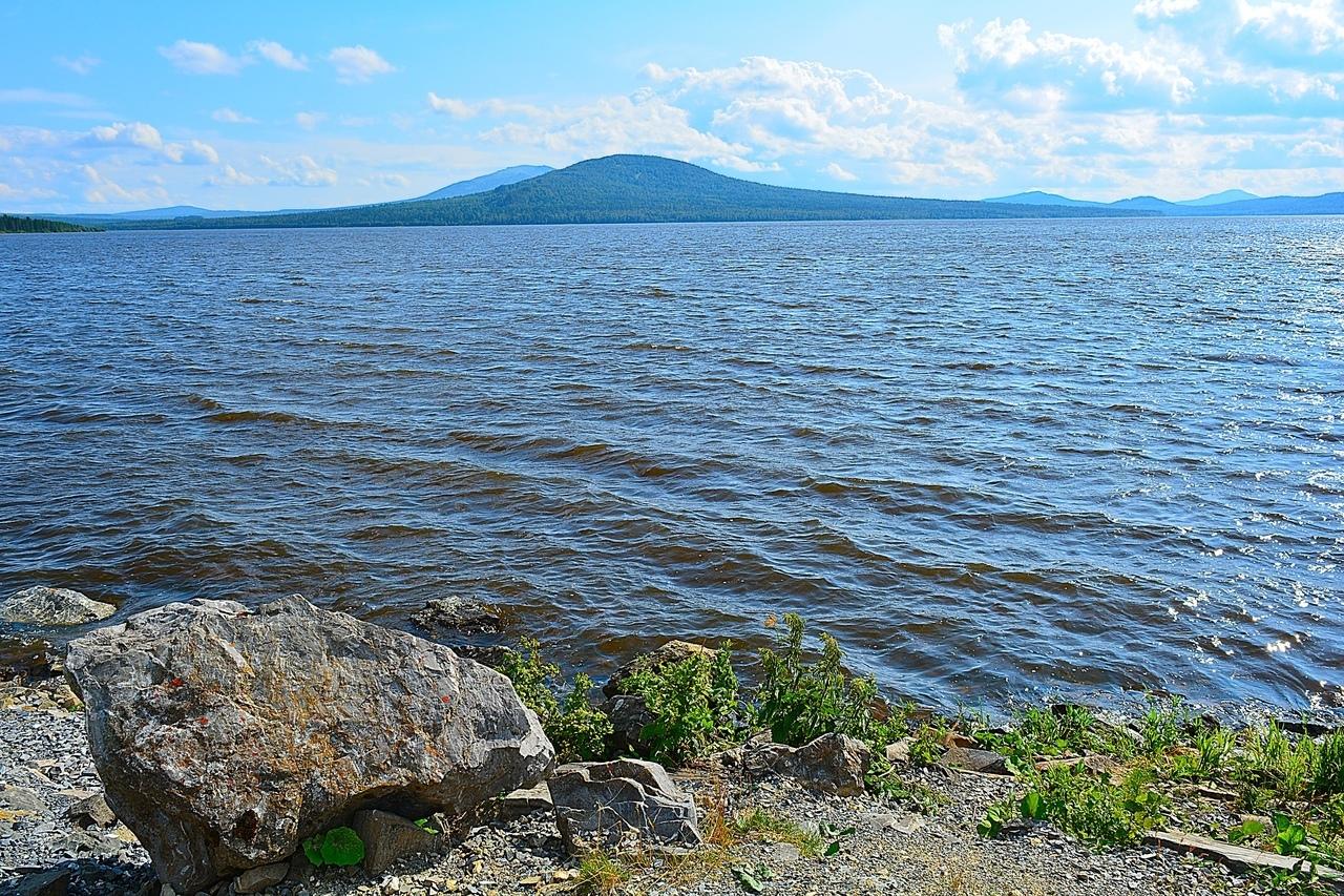 Зюраткуль — самое высокогорное озеро на всём Урале. Прямо напротив посёлка на другой стороне озера высится гора Лукаш. Кажется, что рядом, но по суше в обход до неё 17 км. Говорят, можно договориться напрямую на лодке (2,5 км), а там вверх ещё 2,5 км. Зимой застывшее озеро пересекают на лыжах. Вот бы побывать там!