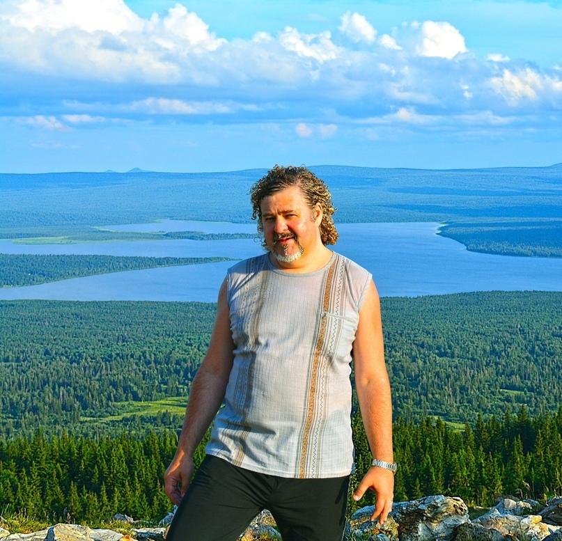 С вершины хребта Зюраткуль полностью обозревается одноимённое озеро. Хорошо видны два мыса, глубоко врезающиеся в водную гладь. Посёлок за кадром чуть левее ближнего зубца озера.