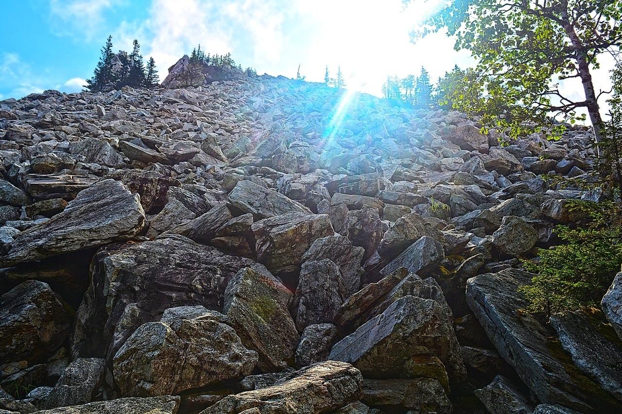 Геологи считают Голую Сопку палеовулканом (т.е. древним, не действующим вулканом). Сопка состоит из огромных глыб белого кварцита.