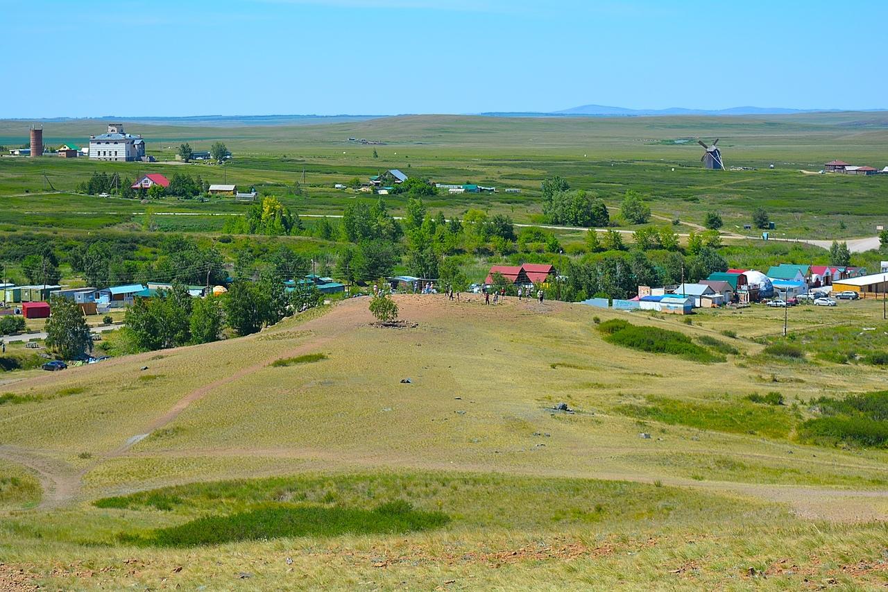 Вид на Аркаимскую долину с горы Шаманка. По центру фотокартины — уступ Покаяния, на котором люди совершают обряд обхода по спирали.