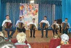 Сыграли «Барыню»  на рояльной гармошке
