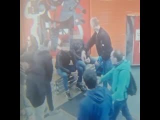 Толпа болельщиков Зенита избивает двух гостей Питера на Беговой.