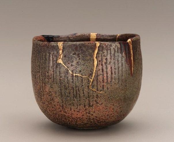 INTSUGI ( или искусство золотого шва - японская традиция склеивания разбитой посуды с помощью лака, смешанного с золотой пудрой. Если не можешь скрыть что-то, то попробуй сделать из видимого