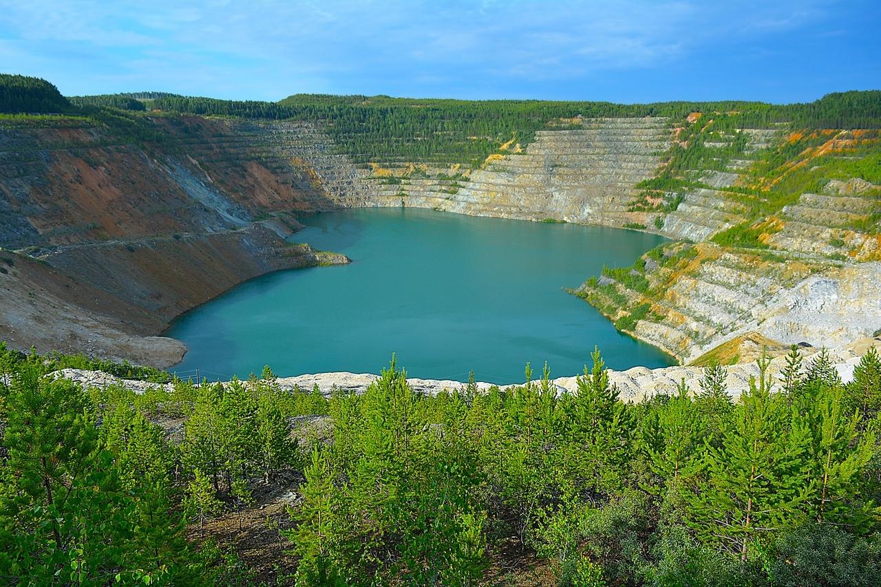 Ново-Черемшанский карьер. Вода в озере образует букву «Н», так что легко запомнить название.