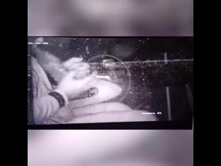 В Химках камера сняла на видео водителя такси, который балуется гашишем на заднем сиденье