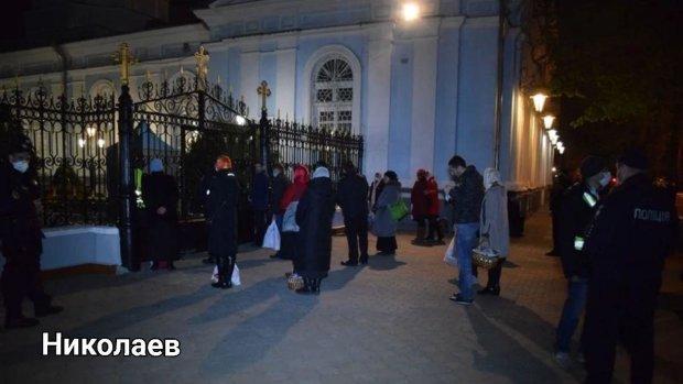 Никаких масок и дистанции: как прихожане вопреки карантину штурмовали храмы по всей Украине