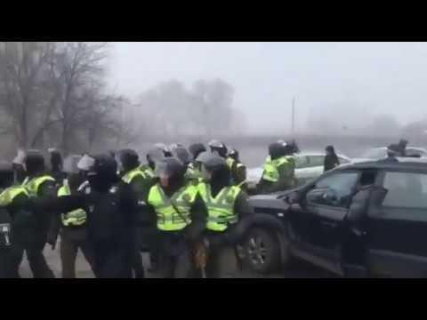 Під Новими Санжарами сутички з поліцією Місцеві не хочуть аби сюди везли українців з Уханю