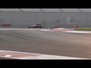 2020 lastiklerinin testi sırasında Sergio Perez, Sebastian Vettel ile temas ediyor