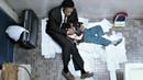 Крис Гарднер со своим сыном спит на полу общественного туалета. В погоне за счастьем (2006) год.