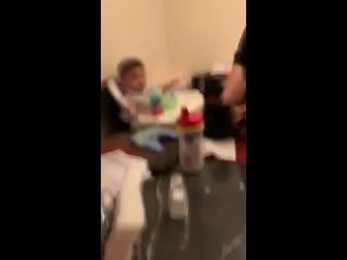 Папа кормит сына