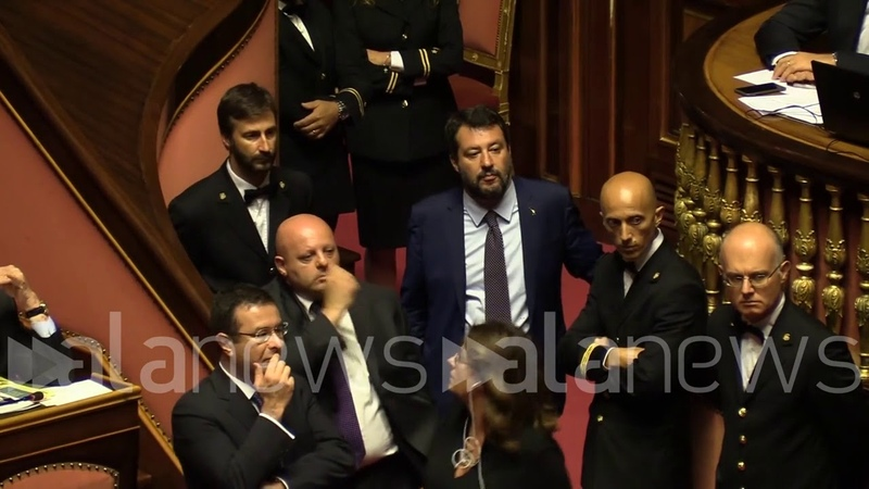 Salvini assiste ai discorsi di Richetti e Paragone accanto al governo