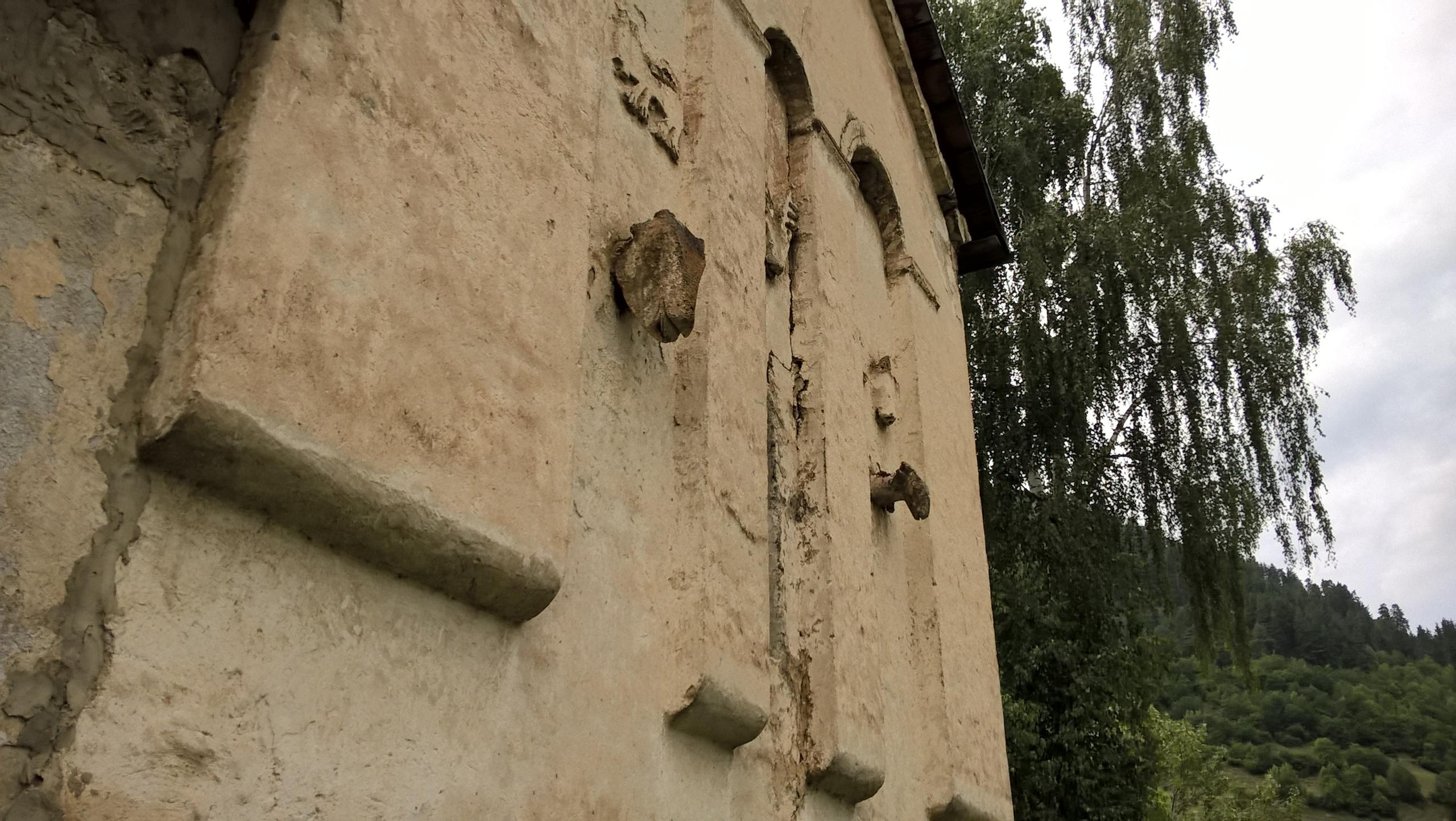 На стене церкви изображены головы животных