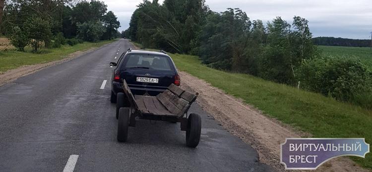 Автомобиль буксирует телегу... А что, так можно было?