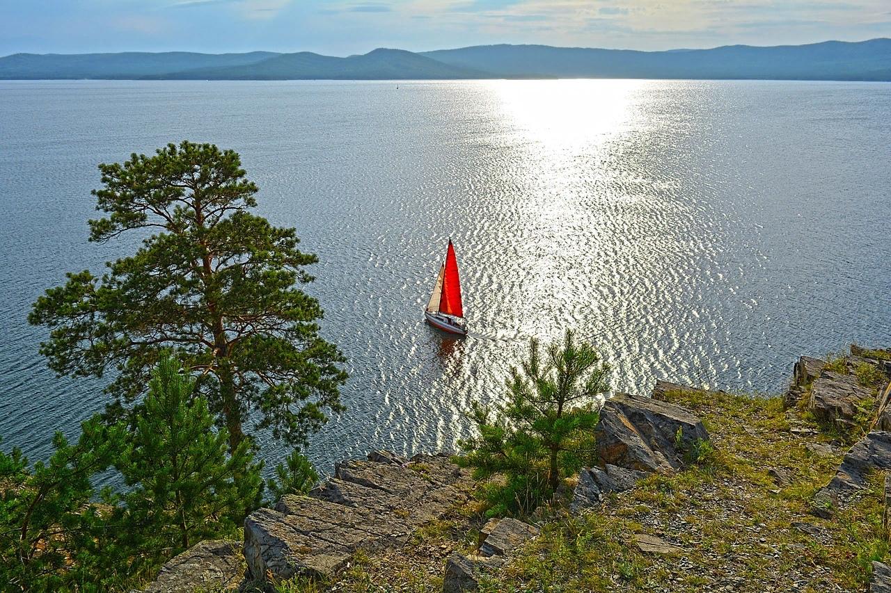 Если бы не синеющие горы на другой стороне озера, то его вполне можно было бы принять за море. А сам пейзаж — за крымский, но никак не уральский.