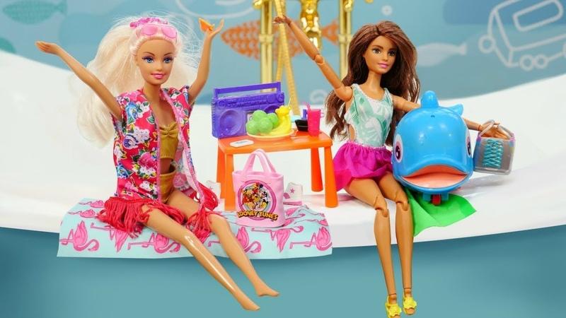 Kız oyuncakları Barbie ve küçük balina Oyuncakların gizli yaşamı