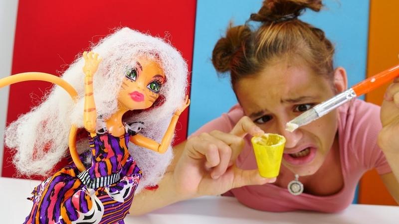Toralie sarışın olmak için saçını boyuyor. Monster High oyuncakları.