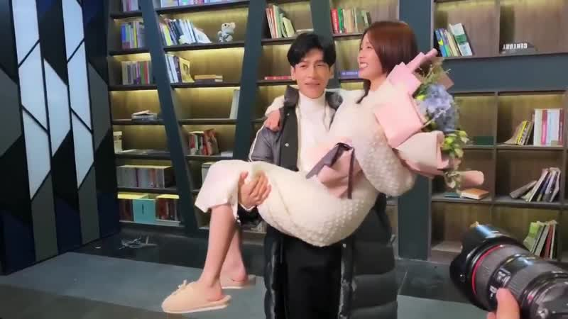 Bai Lu and Luo Yunxi carrying each other wrap of Love Is Sweet